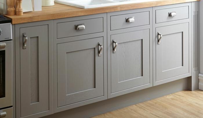 küchenfronten austauschen küchenrenovierung unterschränke holz grau silberne griffe