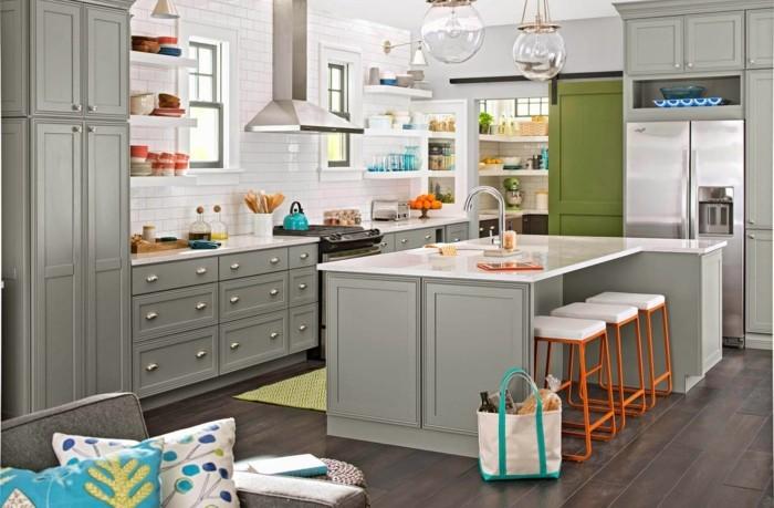 küchenmöbel graue küchenschränke schubladen kücheninsel barhocker teppichläufer