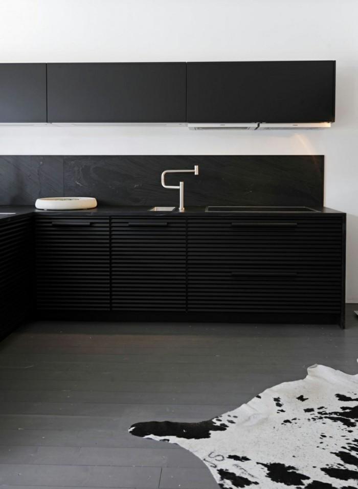 küchenmöbel schwarze küchenschränke minimalistisch fellteppich