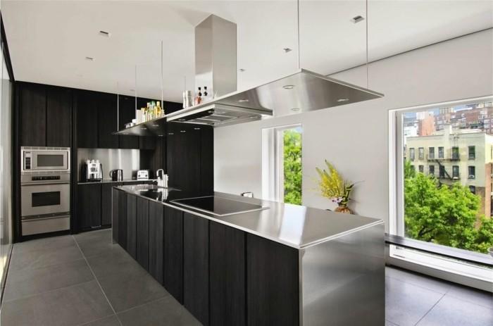 küchenmöbel schwarze küchenschränke moderne kücheninsel graue bodenfliesen einbauleuchten