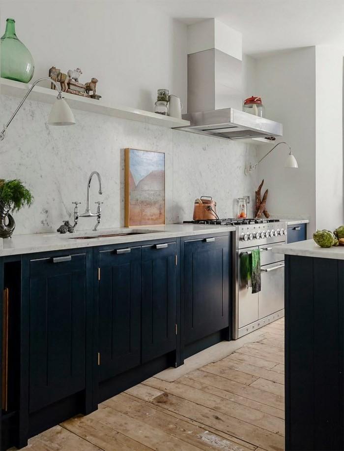 küchenmöbel schwarze unterschränke holzboden schöne küchenrückwand