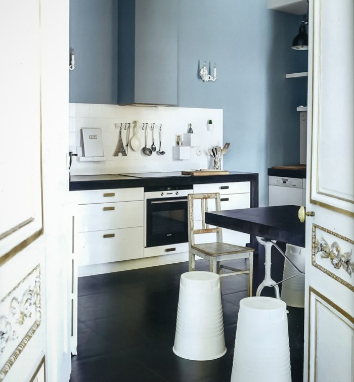 küchenmöbel skandinavische küche weiße küchenschränke dunkler bodenbelag