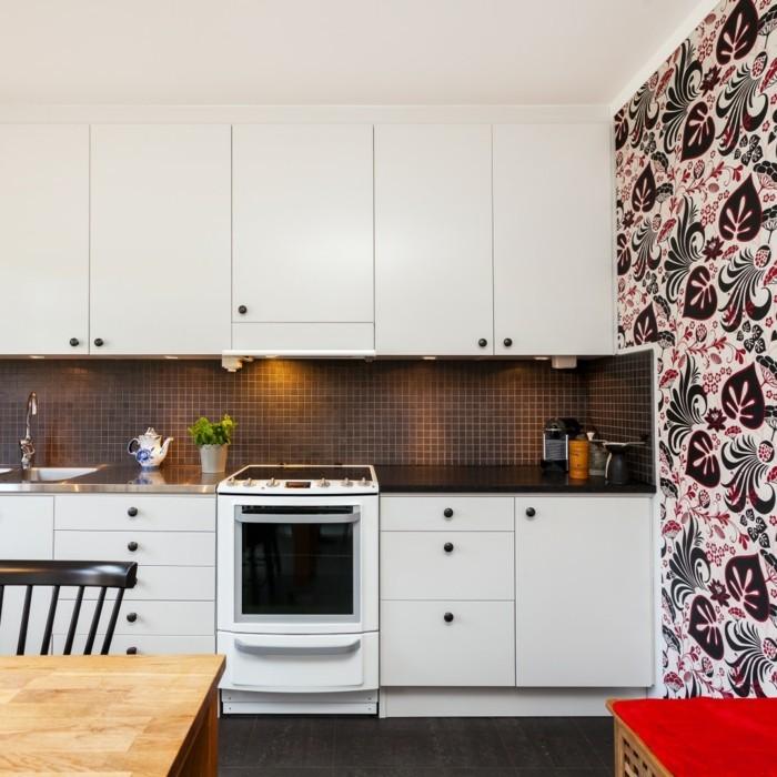 küchenmöbel weiße küchenschränke mosaik küchenrückwand blumentapete