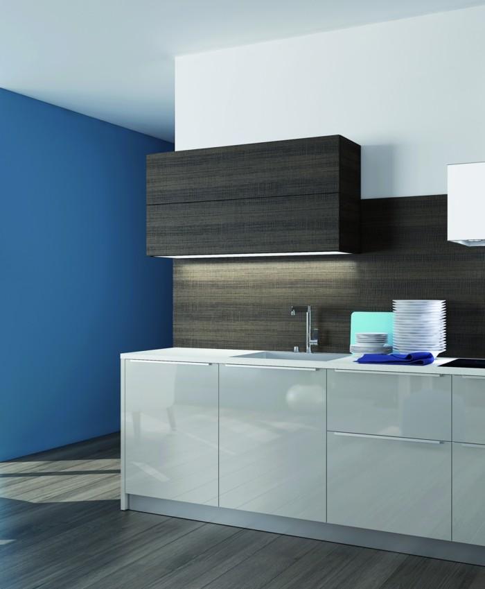küchenmöbel weiße unterschränke spiegeloberflächen blaue akzentwand