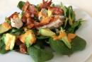 ketogene-diät-gesunde-fette-fettsäuren-avocado-blattsalat-speck