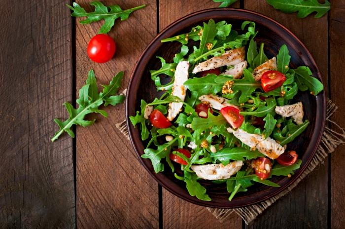 ketogene diät gesunde fette fettsäuren fisch hähnchenbrustfilet cherry tomaten rucola pinienkerne
