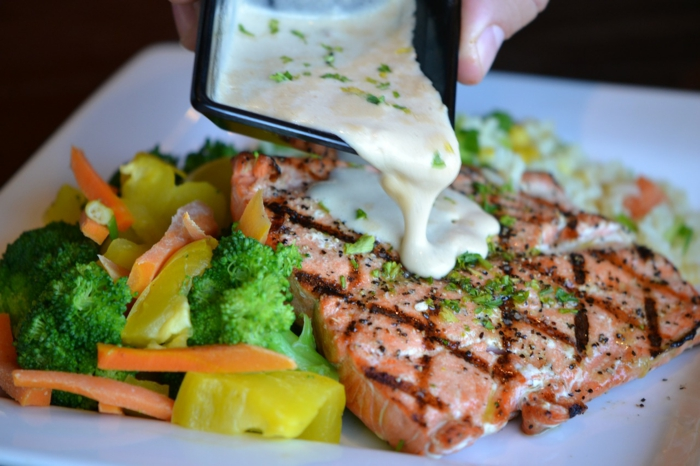 ketogene diät gesunde fette fettsäuren lachs fisch brokkoli gemüse