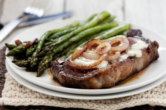 ketogene diät gesunde fette fettsäuren steak schmelzkäse zwiebeln spargel