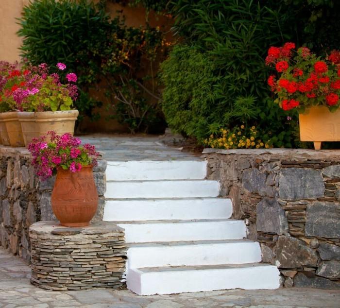 kreative gardenideen blumen steine weiße gartentreppen