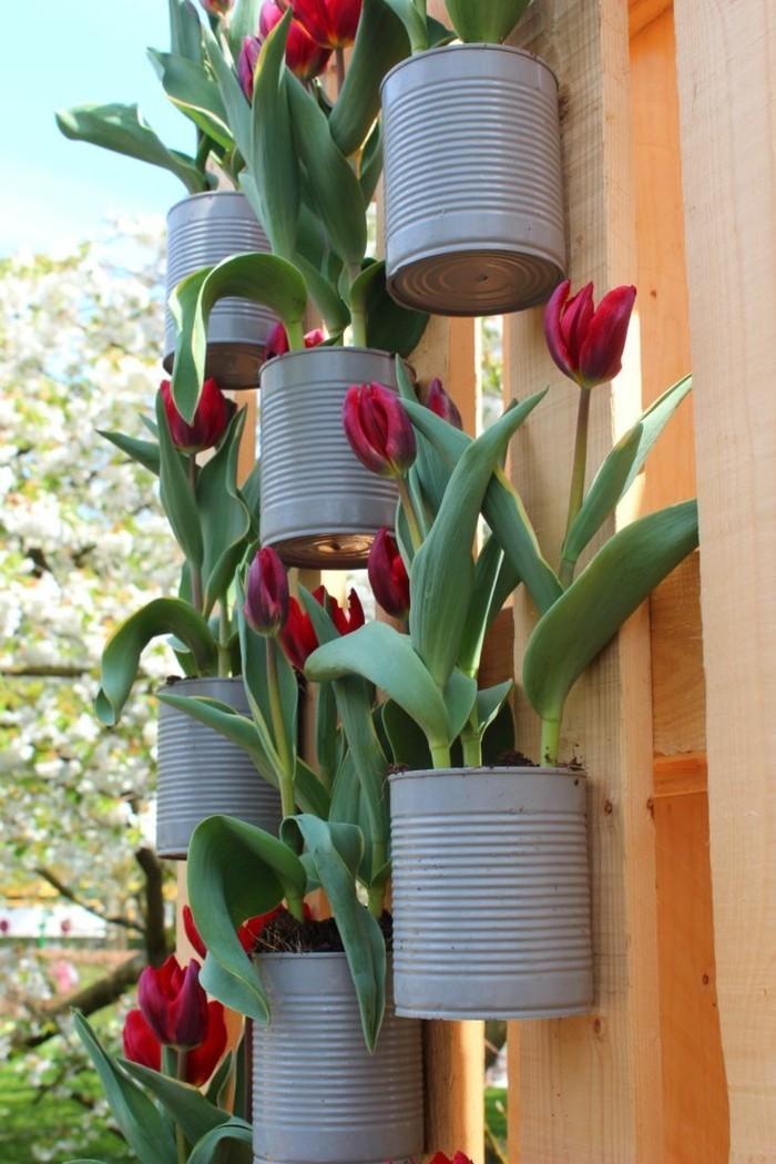 kreative gardenideen dosen rote tulpen gartendeko