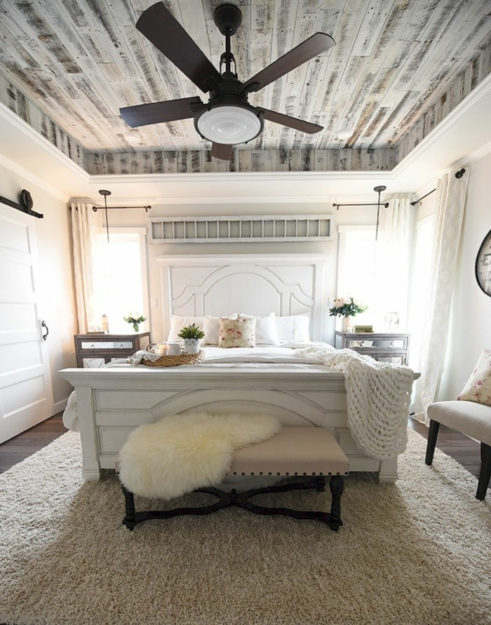 landhausstil schlafzimmer hölzerne zimmerdecke und heller teppich