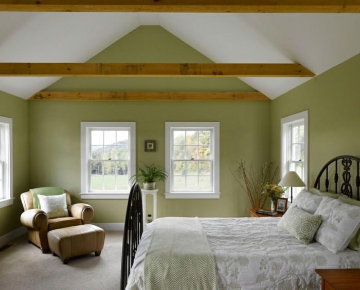 schlafzimmer landhausstil grüne wandfarbe und holzbalken