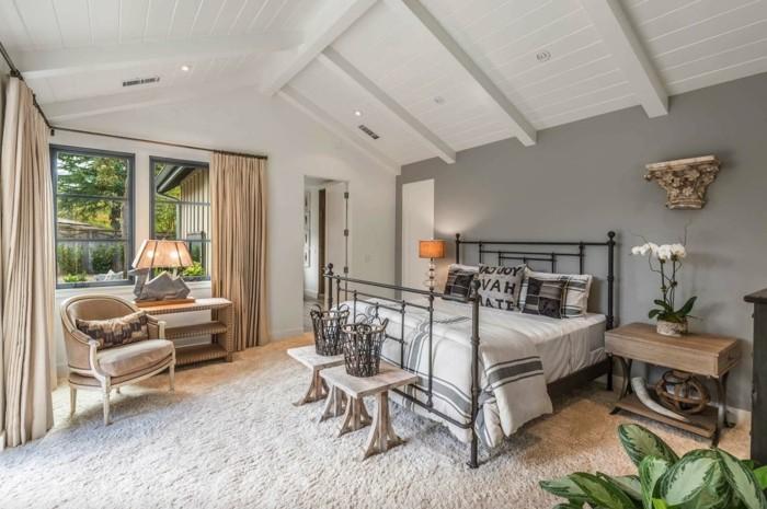 landhausstil schlafzimmer mit dachschräge cremefarbene gardinen und weißer teppich