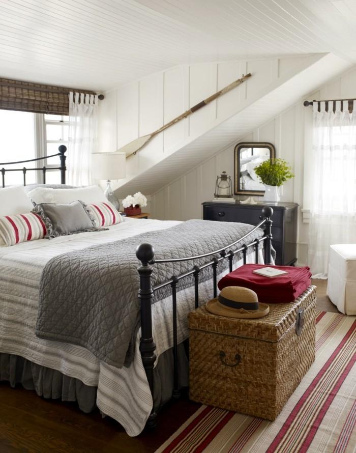 landhausstil schlafzimmer mit dachschräge und frische akzente