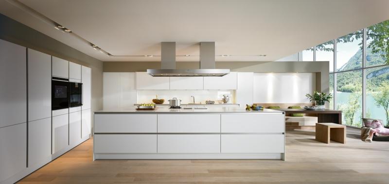 moderne Küche weiß Kücheninsel Hochglanz Holzboden