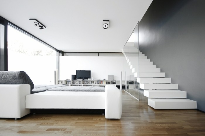 moderne treppen weiß geräumiges wohnzimmer fernseher