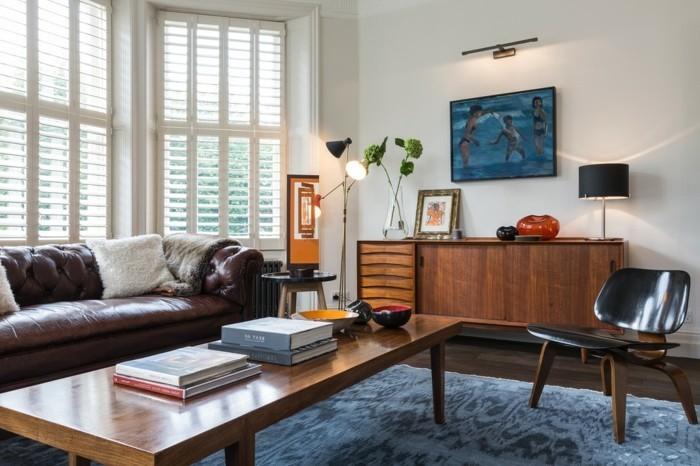 schönes wohnzimmer blauer teppich retro möbel ledersofa