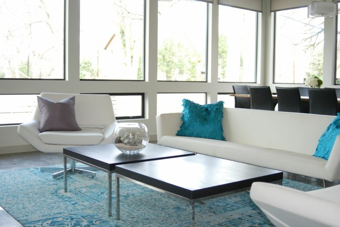 schönes wohnzimmer blauer teppich weißes ambiente