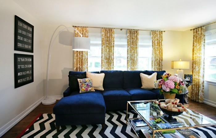 schönes wohnzimmer blaues sofa zig zag muster teppich retro look