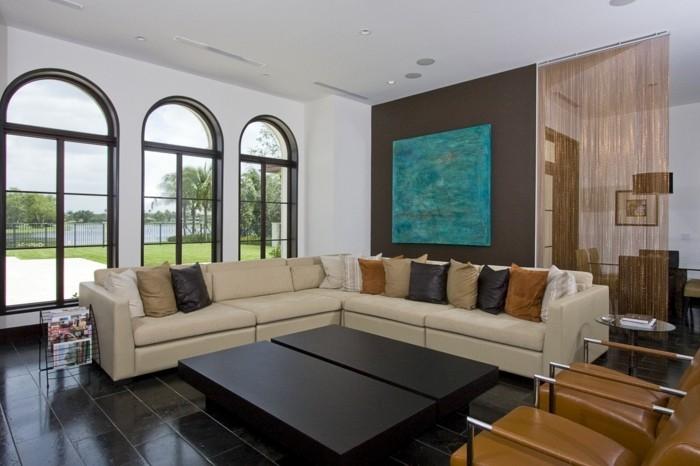 schönes wohnzimmer ecksofa beige schwarzer couchtisch dunkler bodenbelag