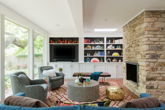 schönes wohnzimmer eleganter teppich kamin steinwand