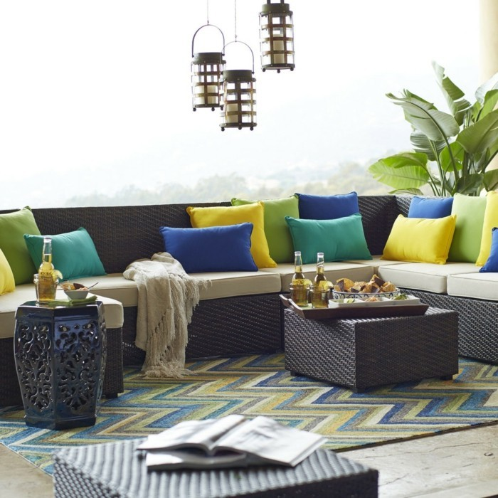 schönes wohnzimmer farbige dekokissen schickes sofa beistelltische