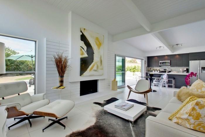 schönes wohnzimmer fellteppich feuerstelle weiße bodenfliesen