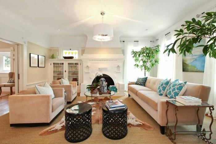 schönes wohnzimmer fellteppich schicke sofas kamin beige wände