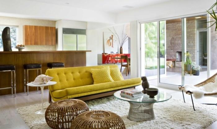 schönes wohnzimmer gelbes sofa weißer teppich hocker