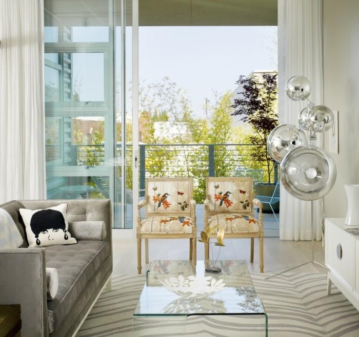 schönes wohnzimmer glastisch schöne stoffmuster schickes sofa
