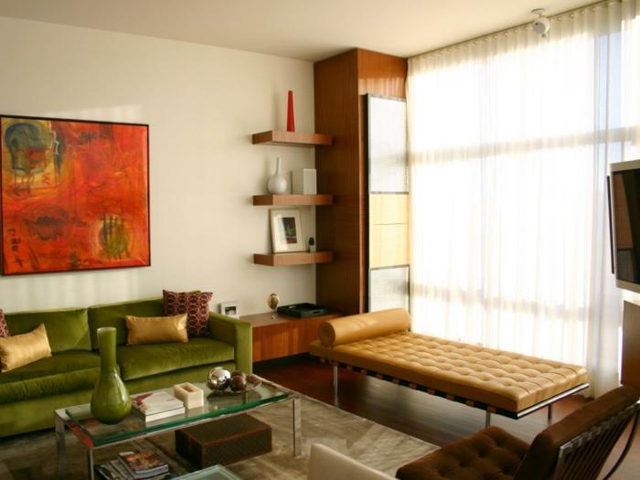 schönes wohnzimmer grünes sofa farbige wanddeko beiger teppich helle wände