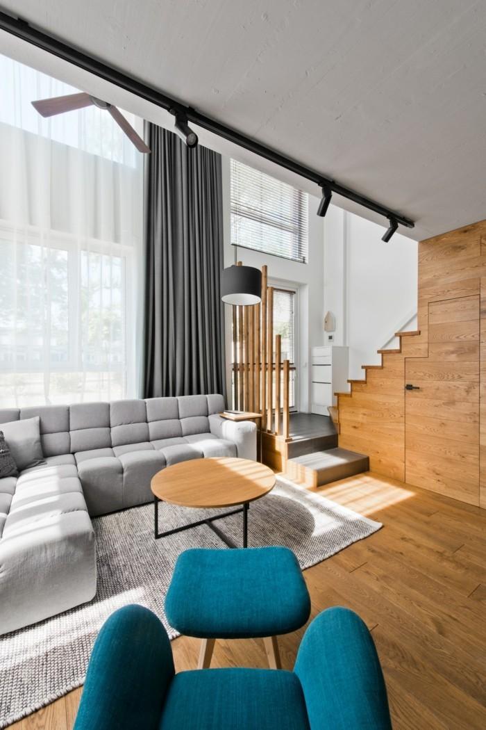 schönes wohnzimmer grauer teppich blauer sessel