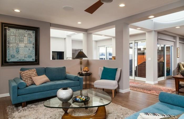 schönes wohnzimmer hellblaue möbel heller teppich cooler couchtisch