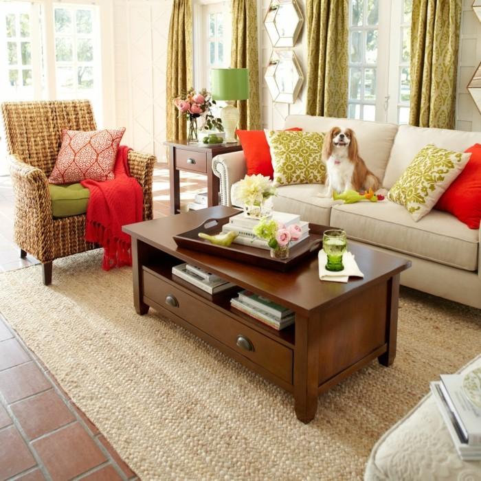 schönes wohnzimmer sisalteppich rattansessel farbige dekokissen
