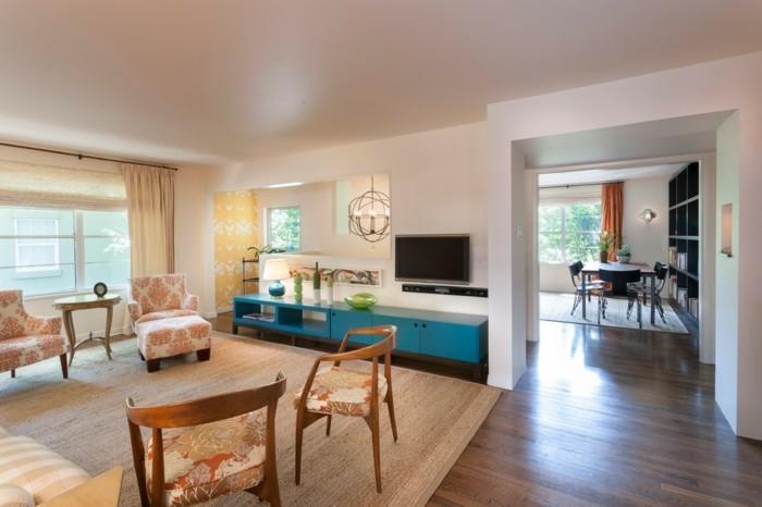 schönes wohnzimmer stoffmuster beiger teppich blaue akzente