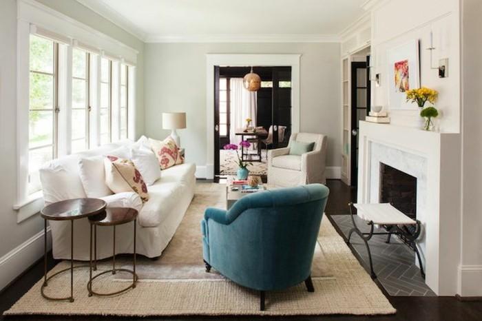 schönes wohnzimmer weißes sofa sisalteppich kamin