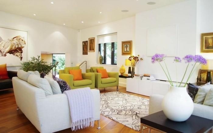schönes wohnzimmer weißes sofa stilvoller teppich grüne sessel