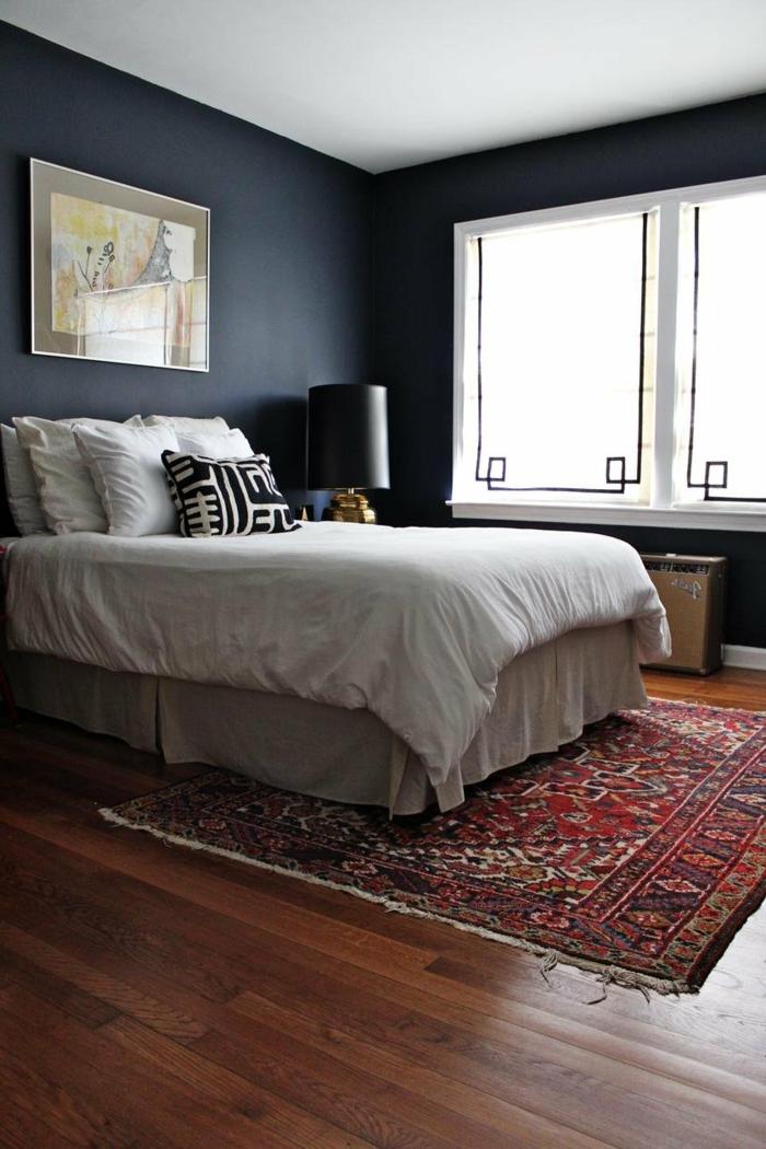 schlafzimmer grau dunkelnuancen farbiger teppich helle bettwäsche