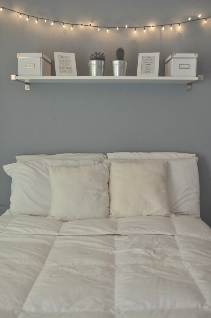 schlafzimmer grau graue wände wandregal lichterkette
