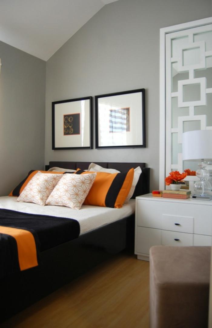 schlafzimmer grau hellgraue wände orange dekokissen schwarzes bett