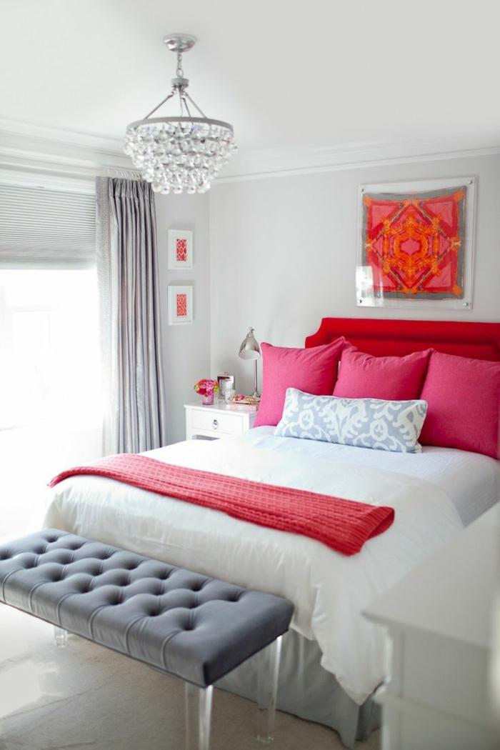 schlafzimmer grau hellgraue wände rote akzente