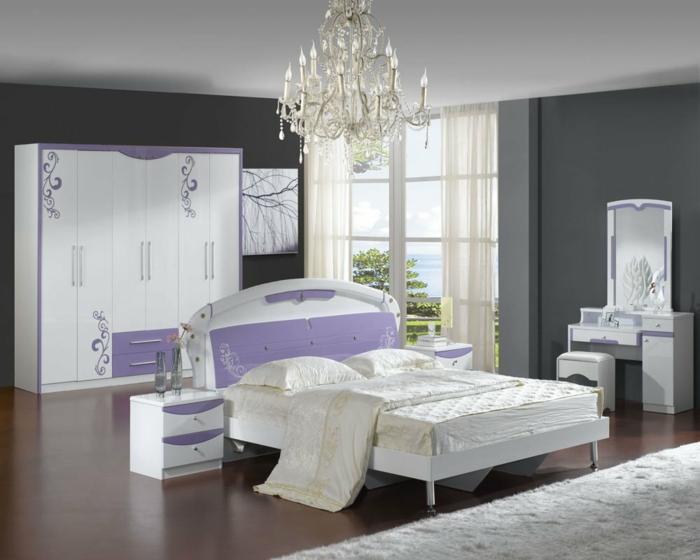 schlafzimmer grau lila akzente weißer teppich