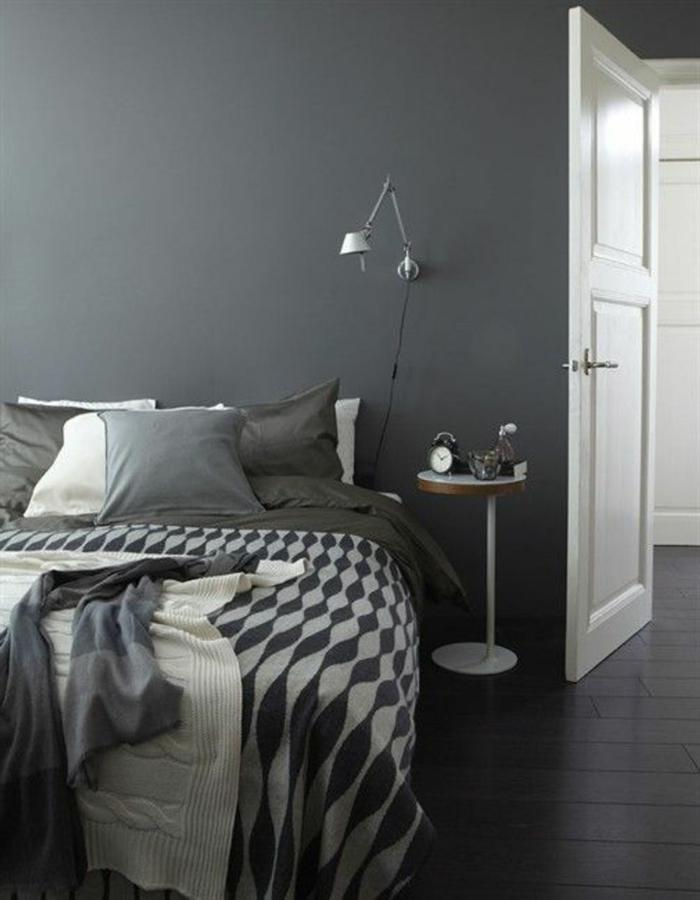 schlafzimmer grau wände bettwäsche muster weiße lampe