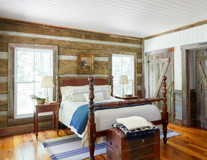 schlafzimmer landhausstil hölzerne wandpaneele und streifenteppich