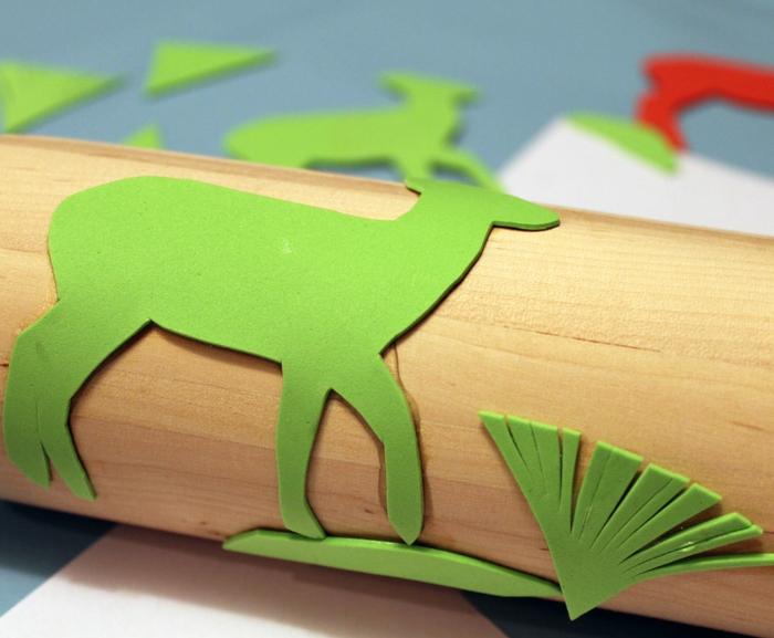 stempel selber machen nudelholz weihnachtpapier bastelideen vorbereitung
