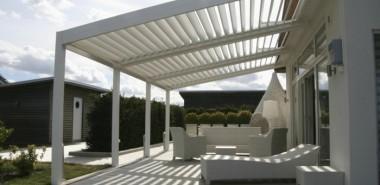 terrassenüberdachung-pergola-bauen-strohhütte-weiß