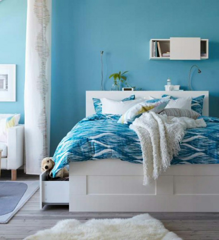 ... blaue wände weiße möbel fellteppich kleines schlafzimmer