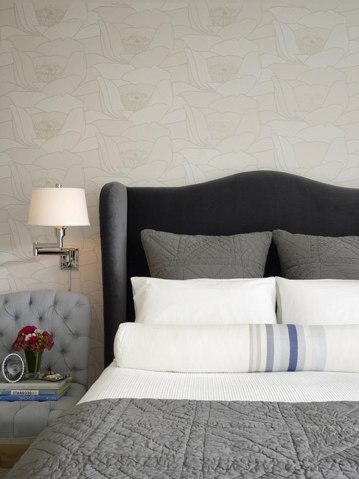 wohnideen schlafzimmer blumendeko graue möbel schöne tapete
