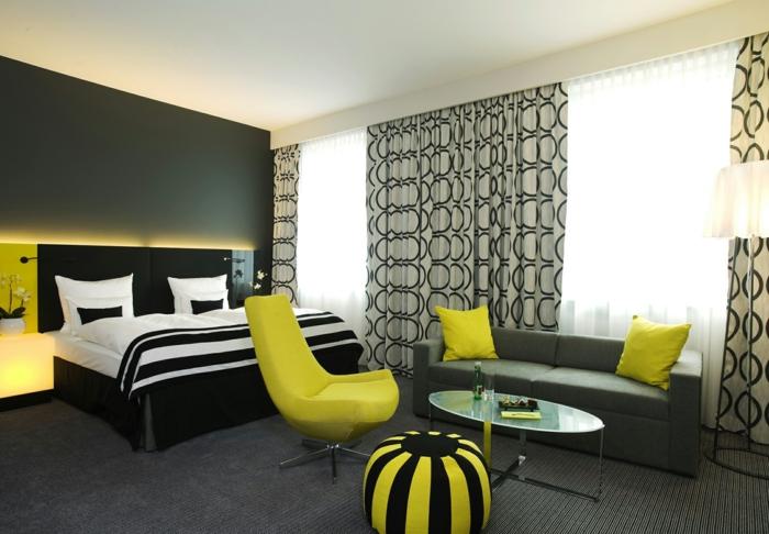 wohnideen schlafzimmer dunkle akzentwand gelbe elemente bereiche