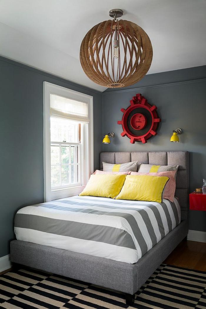 wohnideen schlafzimmer farbige akzente graue wände streifenteppich kleiner raum